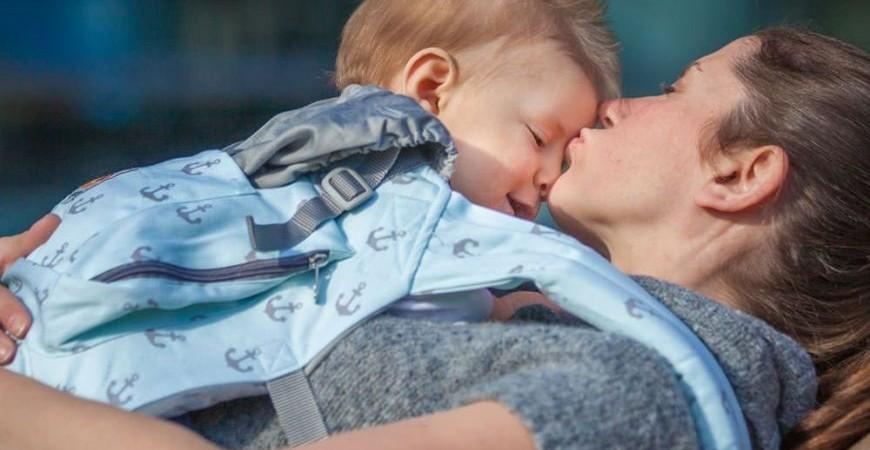 Beneficios del porteo y el Método Canguro (I). Su efecto en la felicidad del bebé.
